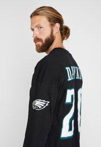 Mitchell & Ness - NFL NAME NUMBER LONG SLEEVE PHILADELPHIA EAGLES BRIAN DAWKINS - T-shirt à manches longues - black - 3