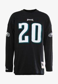 Mitchell & Ness - NFL NAME NUMBER LONG SLEEVE PHILADELPHIA EAGLES BRIAN DAWKINS - T-shirt à manches longues - black - 4