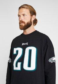 Mitchell & Ness - NFL NAME NUMBER LONG SLEEVE PHILADELPHIA EAGLES BRIAN DAWKINS - T-shirt à manches longues - black - 5