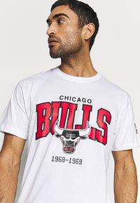 Mitchell & Ness - NBA CHICAGO BULLS ARCH LOGO TEE - T-shirt print - white - 3