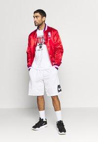 Mitchell & Ness - NBA CHICAGO BULLS ARCH LOGO TEE - T-shirt print - white - 1