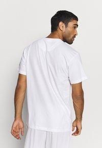 Mitchell & Ness - NBA CHICAGO BULLS ARCH LOGO TEE - T-shirt print - white - 2