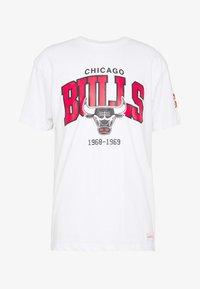 Mitchell & Ness - NBA CHICAGO BULLS ARCH LOGO TEE - T-shirt print - white - 4