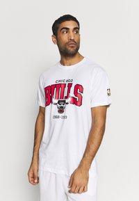 Mitchell & Ness - NBA CHICAGO BULLS ARCH LOGO TEE - T-shirt print - white - 0