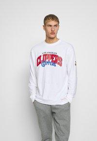 Mitchell & Ness - NBA LA CLIPPERS ARCH LOGO LONG SLEEVE - Fanartikel - white - 0