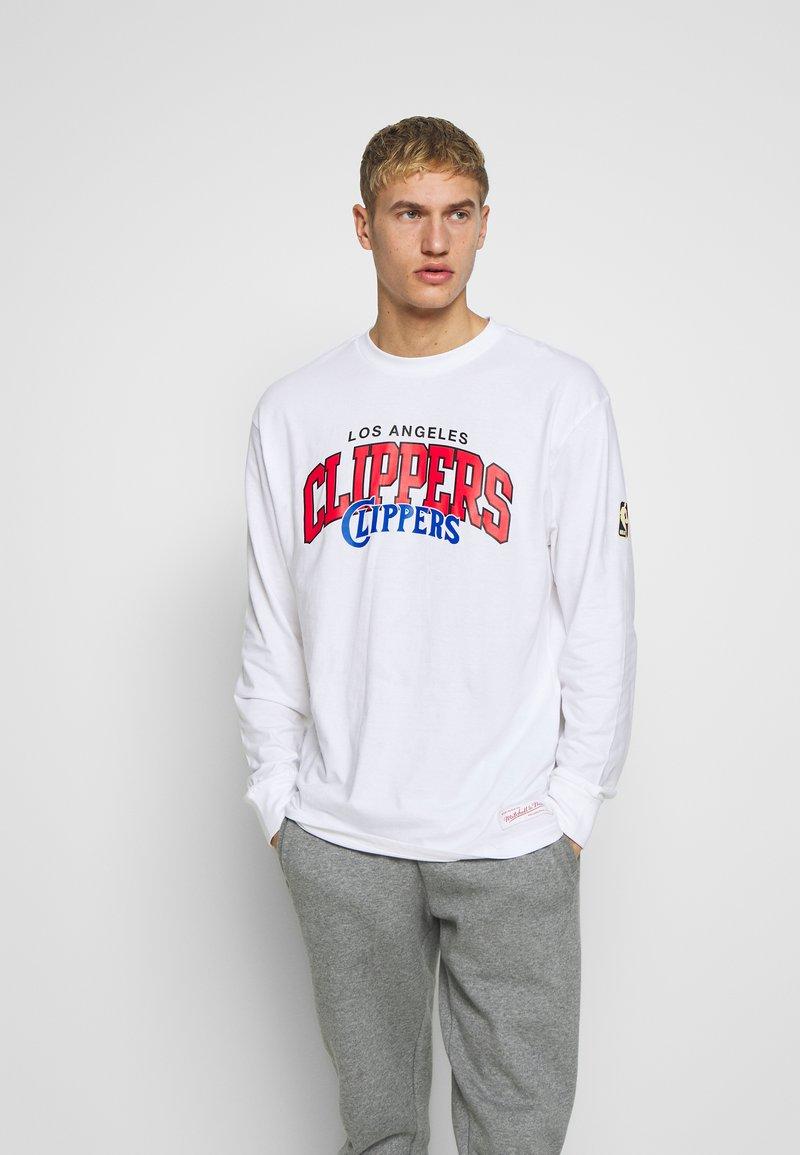 Mitchell & Ness - NBA LA CLIPPERS ARCH LOGO LONG SLEEVE - Fanartikel - white