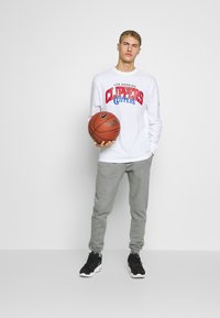 Mitchell & Ness - NBA LA CLIPPERS ARCH LOGO LONG SLEEVE - Fanartikel - white - 1