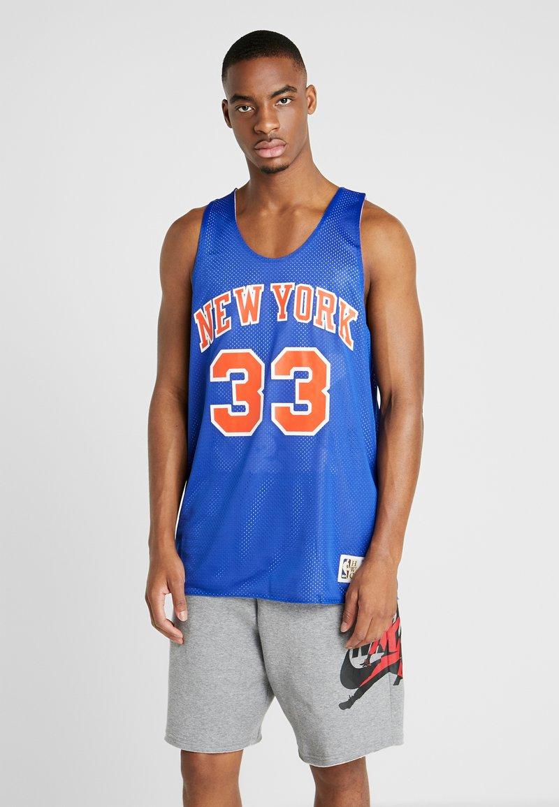 Mitchell & Ness - NBA REVERSIBLE TANK TOP NEW YORK KNICKS PATRICK EWING 1991  - Top - royal/white
