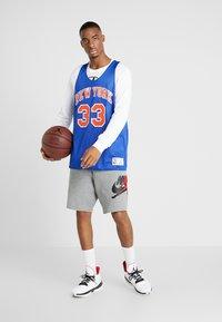 Mitchell & Ness - NBA REVERSIBLE TANK TOP NEW YORK KNICKS PATRICK EWING 1991  - Top - royal/white - 1