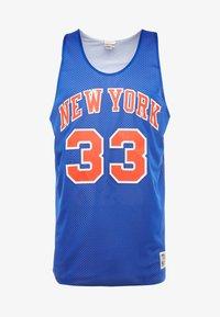 Mitchell & Ness - NBA REVERSIBLE TANK TOP NEW YORK KNICKS PATRICK EWING 1991  - Top - royal/white - 4