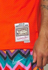 Mitchell & Ness - NBA 1975 76 SPIRITS OF ST LOUIS SWINGMAN - Klubové oblečení - dark orange - 5