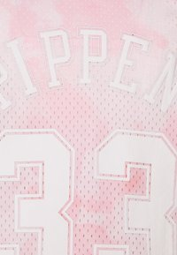 Mitchell & Ness - NBA CHICAGO BULLS SCOTTIE PIPPEN CLOUDY SKIES SWINGMAN - Klubové oblečení - light pink - 2