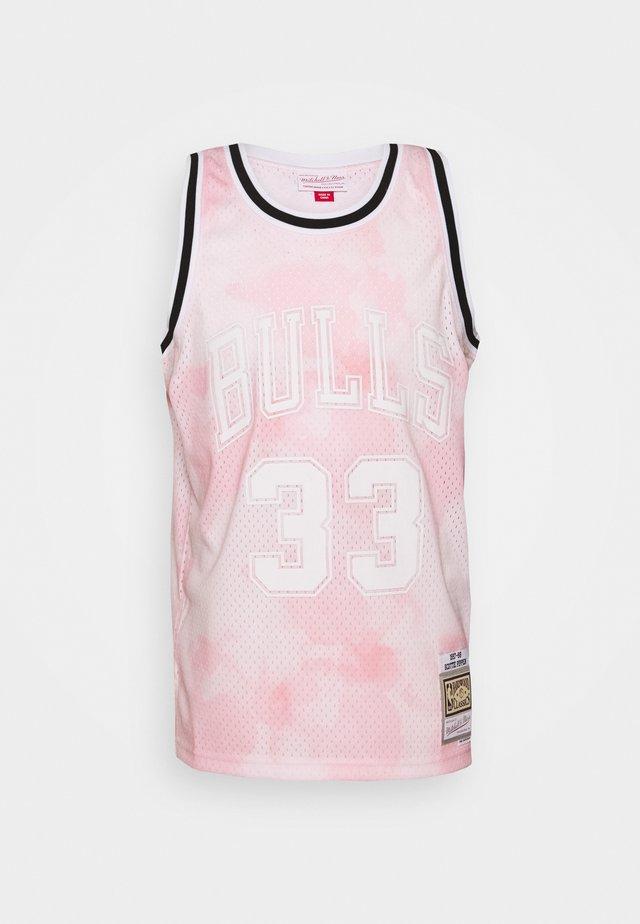 NBA CHICAGO BULLS SCOTTIE PIPPEN CLOUDY SKIES SWINGMAN - Klubové oblečení - light pink
