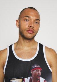 Mitchell & Ness - NBA PHILADELPHIA 76ERS ALLEN IVERSON BEHIND THE BACK TANK - Klubové oblečení - white - 3