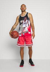 Mitchell & Ness - NBA PHILADELPHIA 76ERS ALLEN IVERSON BEHIND THE BACK TANK - Klubové oblečení - white - 1