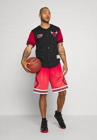Mitchell & Ness - NBA CHICAGO BULLS PURE SHOOTER BUTTON FRONT - Klubové oblečení - black - 1