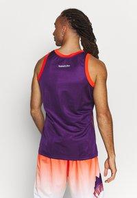 Mitchell & Ness - NBA PHOENIX SUNS TEAM HERITAGE TANK - Klubové oblečení - orange - 2