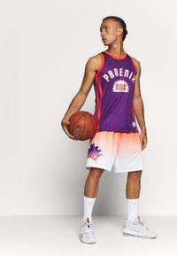 Mitchell & Ness - NBA PHOENIX SUNS TEAM HERITAGE TANK - Klubové oblečení - orange - 1
