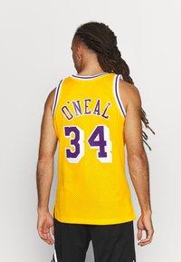 Mitchell & Ness - NBA LA LAKERS SHAQUILLE ONEAL SWINGMAN - Fanartikel - yellow - 2