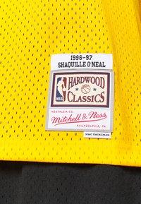 Mitchell & Ness - NBA LA LAKERS SHAQUILLE ONEAL SWINGMAN - Fanartikel - yellow - 5