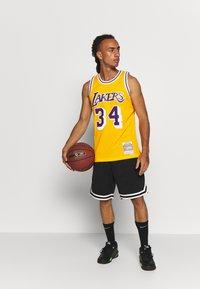 Mitchell & Ness - NBA LA LAKERS SHAQUILLE ONEAL SWINGMAN - Fanartikel - yellow - 1