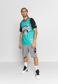 Mitchell & Ness - NBA VANCOUVER GRIZZLIES BRYANT REEVES NBA SWINGMAN - Fanartikel - teal - 1