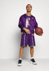 Mitchell & Ness - NBA TORONTO RAPTORS SWINGMAN TRACY MCGRADY - Fanartikel - purple - 1