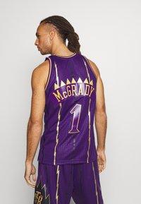 Mitchell & Ness - NBA TORONTO RAPTORS SWINGMAN TRACY MCGRADY - Fanartikel - purple - 2