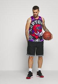 Mitchell & Ness - NBA TORONTO RAPTORS BIG FACE - Klubové oblečení - purple - 1
