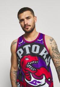 Mitchell & Ness - NBA TORONTO RAPTORS BIG FACE - Klubové oblečení - purple - 3