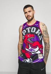 Mitchell & Ness - NBA TORONTO RAPTORS BIG FACE - Klubové oblečení - purple - 0