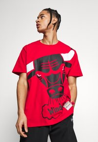 Mitchell & Ness - NBA CHICAGO BULLS BIG FACE BULLS TEE - Klubtrøjer - red - 3