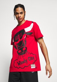 Mitchell & Ness - NBA CHICAGO BULLS BIG FACE BULLS TEE - Klubtrøjer - red - 0