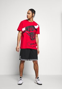 Mitchell & Ness - NBA CHICAGO BULLS BIG FACE BULLS TEE - Klubtrøjer - red - 1