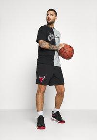 Mitchell & Ness - NBA CHICAGO BULLS NBA SPLIT COLOR - Klubové oblečení - black/grey - 1