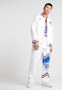 Mitchell & Ness - NBA ALL STAR EAST 1991 WARM UP PANT - Trainingsbroek - white - 1