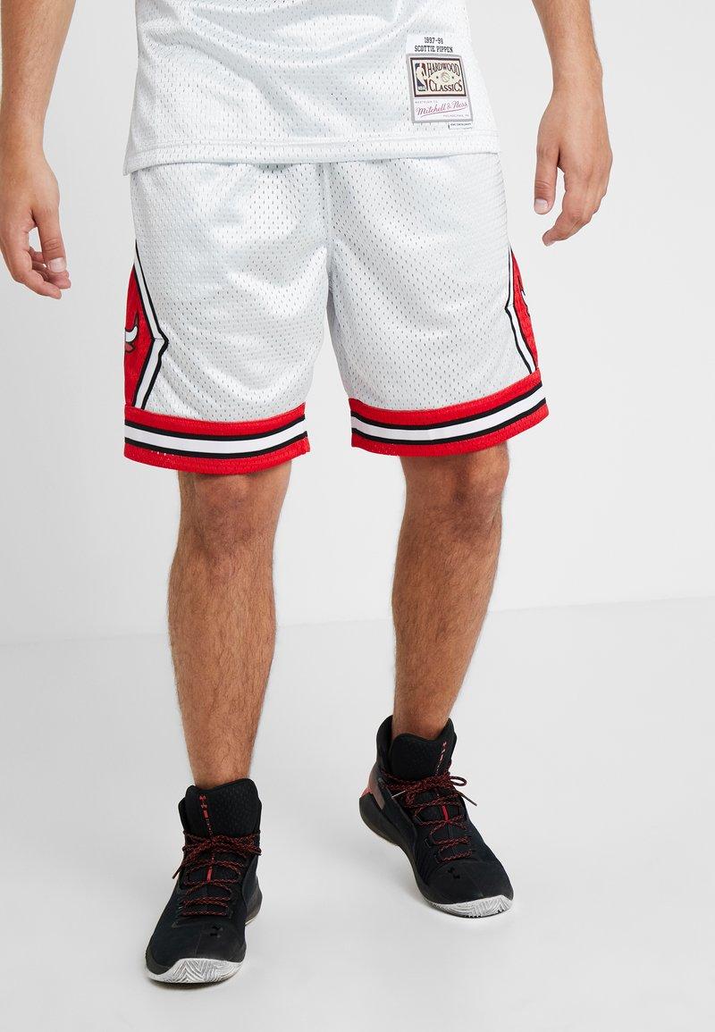 Mitchell & Ness - NBA CHICAGO BULLS PLATINUM SWINGMAN SHORT - Sportovní kraťasy - silver