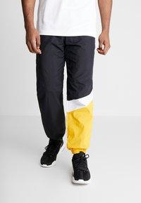 Mitchell & Ness - MIDSEASON PANT - Pantalon de survêtement - black/yellow - 0