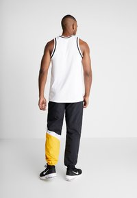 Mitchell & Ness - MIDSEASON PANT - Pantalon de survêtement - black/yellow - 2