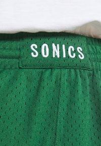Mitchell & Ness - NBA SWINGMAN SHORTS SEATTLE SUPERSONICS - Sports shorts - green - 5