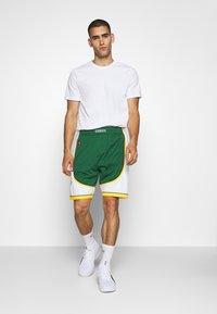 Mitchell & Ness - NBA SWINGMAN SHORTS SEATTLE SUPERSONICS - Sports shorts - green - 1