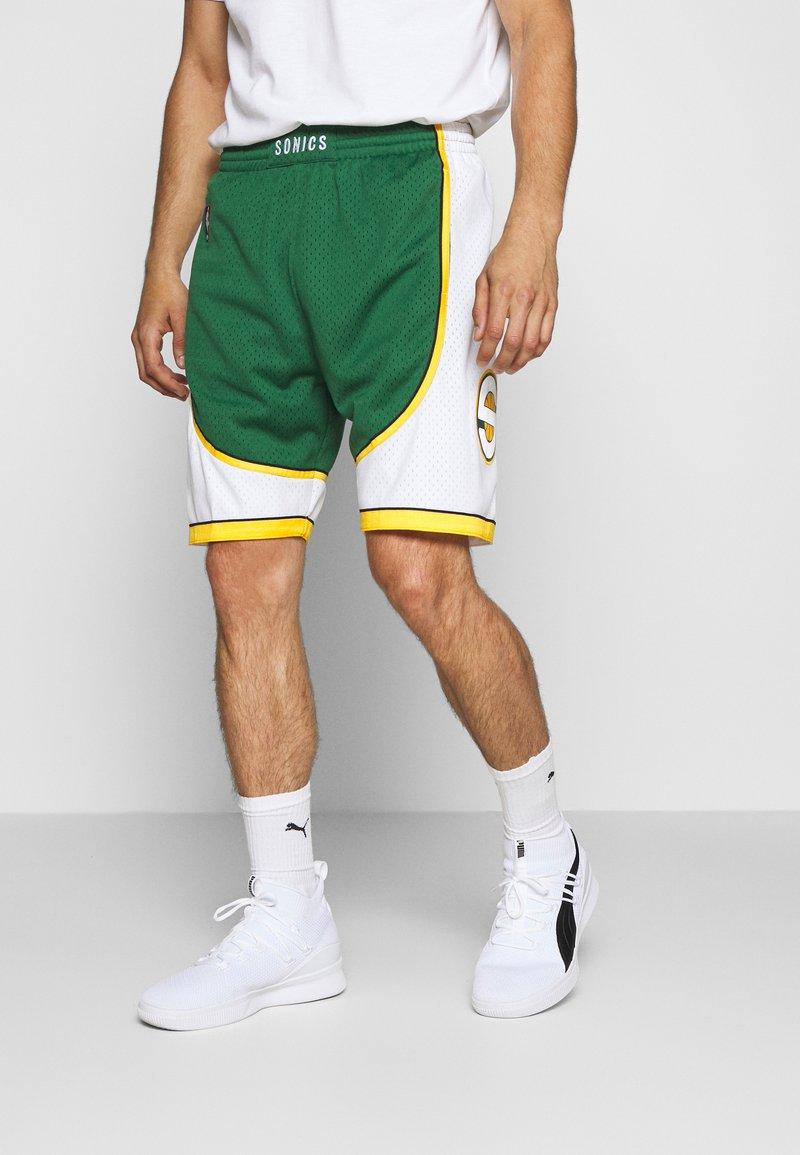Mitchell & Ness - NBA SWINGMAN SHORTS SEATTLE SUPERSONICS - Sports shorts - green