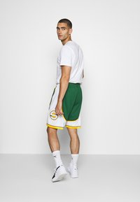 Mitchell & Ness - NBA SWINGMAN SHORTS SEATTLE SUPERSONICS - Sports shorts - green - 2