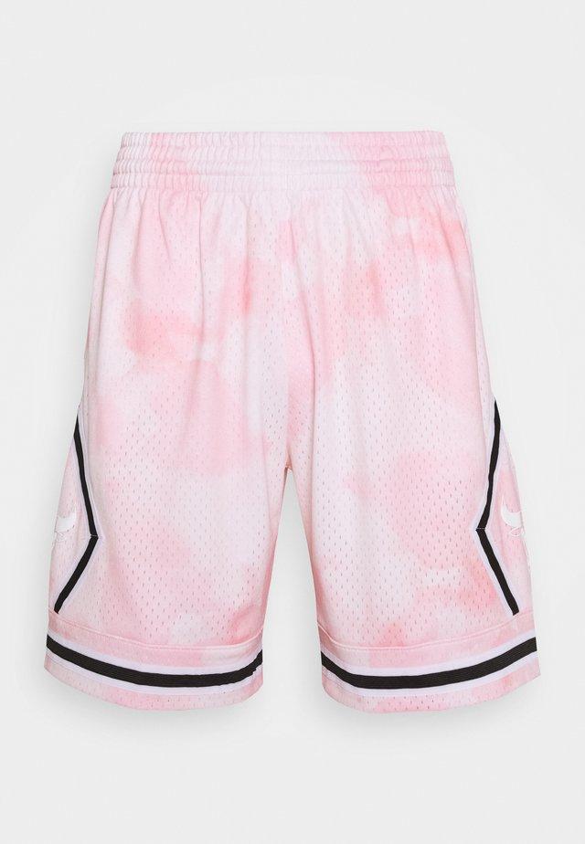 NBA CHICAGO BULLS CLOUDY SKIES SWINGMAN - Korte sportsbukser - light pink