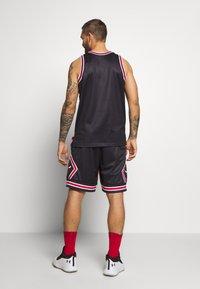 Mitchell & Ness - NBA CHICAGO BULLS BIG FACE SHORT - Krótkie spodenki sportowe - black - 2
