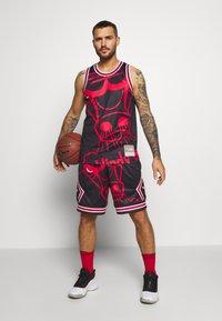 Mitchell & Ness - NBA CHICAGO BULLS BIG FACE SHORT - Krótkie spodenki sportowe - black - 1