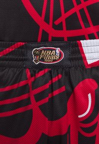 Mitchell & Ness - NBA CHICAGO BULLS BIG FACE SHORT - Krótkie spodenki sportowe - black - 5
