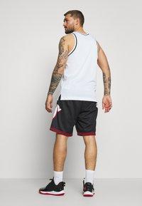 Mitchell & Ness - NBA PHILADELPHIA 76ERS BIG FACE SHORT - Sportovní kraťasy - black - 2