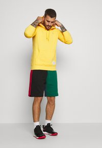 Mitchell & Ness - COLORBLOCKED - Sports shorts - dark green - 1