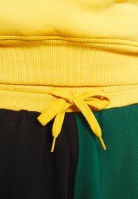 Mitchell & Ness - COLORBLOCKED - Sports shorts - dark green - 3